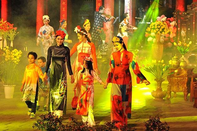 Ao dai festival shines in Hanoi, Vietnam culture, Vietnam tradition, vn news, Vietnam beauty, news Vietnam, Vietnam news, Vietnam net news, vietnamnet news, vietnamnet bridge