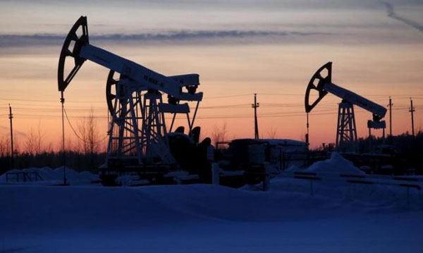 Oil rises as traders close short positions, U.S. producers cut rig count