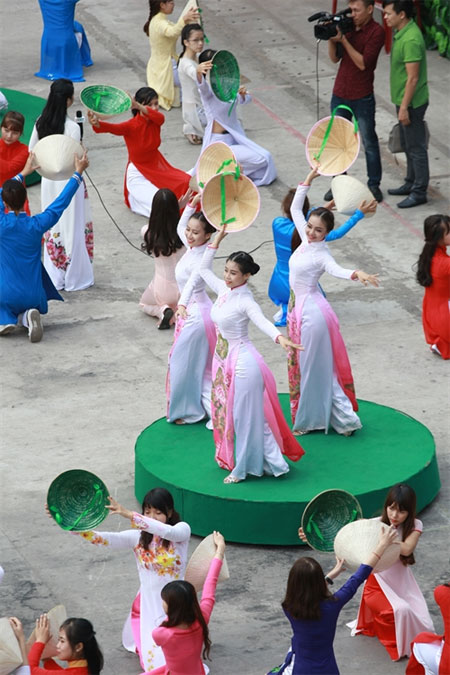 Traditional Vietnamese costume, Ao Dai Festival 2016, Vietnam economy, Vietnamnet bridge, English news about Vietnam, Vietnam news, news about Vietnam, English news, Vietnamnet news, latest news on Vietnam, Vietnam