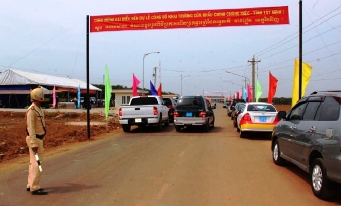 Tay Ninh border gate to expand, Dao maturity rite recognised as intangible cultural heritage, Contraband cigarettes seized in Hai Phong port, Gia Lai: 14,000 drought-hit households face food shortage