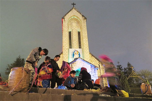 Sapa, Mong ethnic people, vendors, souvenirs, stone church, Vietnam economy, Vietnamnet bridge, English news about Vietnam, Vietnam news, news about Vietnam, English news, Vietnamnet news, latest news on Vietnam, Vietnam