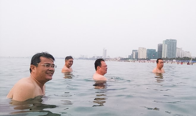 Officials swim and eat fish to dispel rumors