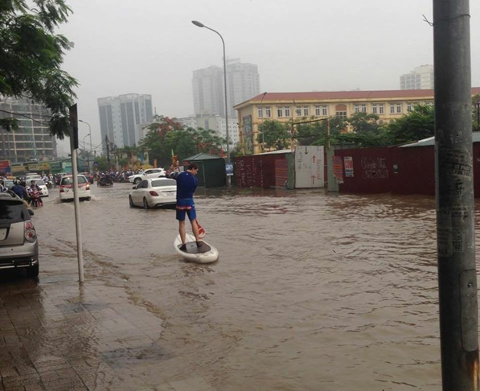 Hanoi streets seriously flooded after downpours, social news, vietnamnet bridge, english news, Vietnam news, news Vietnam, vietnamnet news, Vietnam net news, Vietnam latest news, vn news, Vietnam breaking news