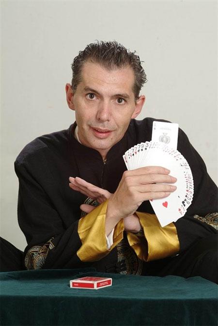 Belgian illusionist finds magic in Vietnam