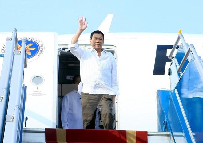 Philippines President arrives in Hanoi