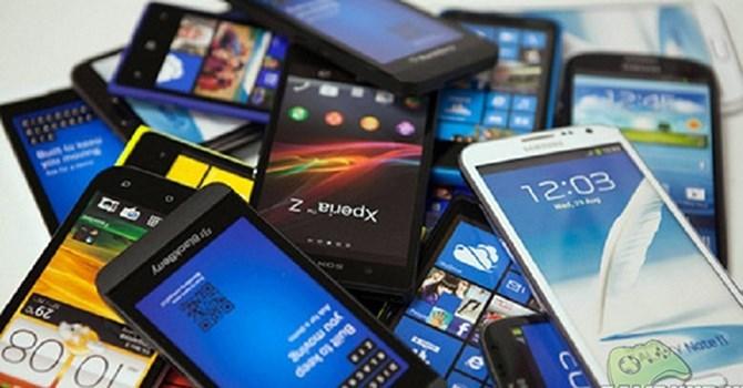 Tech goods distributors fight over mobile phone market
