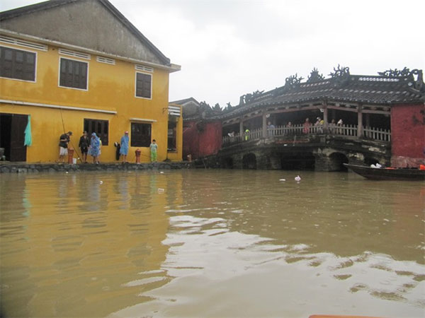 Flooding limits travel in Hoi An - News VietNamNet