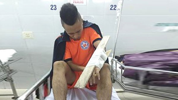 Midfielder Vo Huy Toan has a broken hand. He will not be able to play from the beginning of the V.League 2017. — Photo toquoc.vn