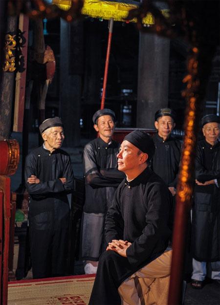 Ao dai for men, elegant costume, modern ao dai designs, Vietnam economy, Vietnamnet bridge, English news about Vietnam, Vietnam news, news about Vietnam, English news, Vietnamnet news, latest news on Vietnam, Vietnam
