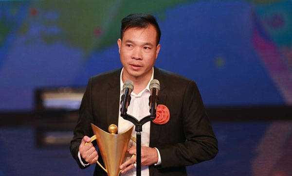 VN's top marksman Hoang Xuan Vinh receives Cup of Victory as best athlete