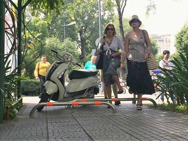 Barriers built on Saigon pavements to prevent motorbikes, social news, vietnamnet bridge, english news, Vietnam news, news Vietnam, vietnamnet news, Vietnam net news, Vietnam latest news, vn news, Vietnam breaking news
