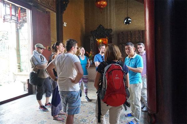 Unique sights: Foreign tourists visit Thien Hau Temple in HCM City's District 5. — VNS Photo Thu Hang