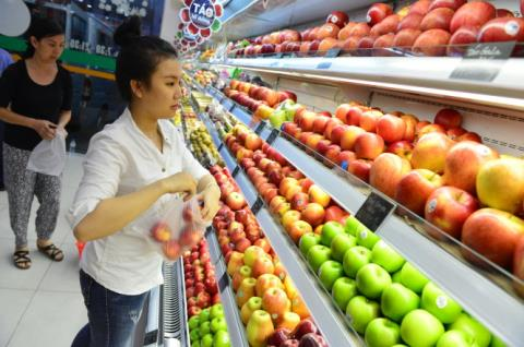 Vietnamese spend big money on imported fruit