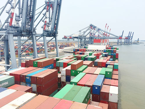 World's largest container ship docks at Vietnam's Cai Mep, vietnam economy, business news, vn news, vietnamnet bridge, english news, Vietnam news, news Vietnam, vietnamnet news, vn news, Vietnam net news, Vietnam latest news, Vietnam breaking news