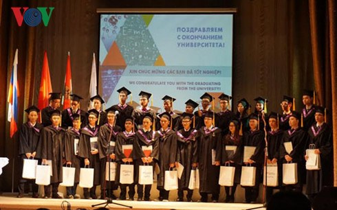 Vietnamese students granted nuclear technology certificates