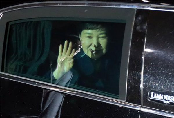 South Korea, leader Park Geun-hye, corruption scandal, leave Blue House