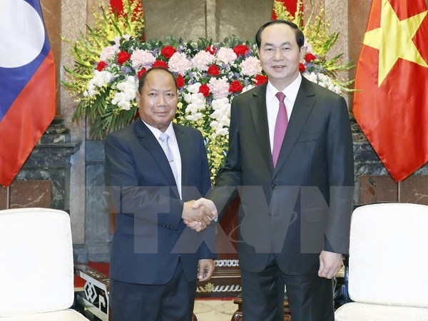 President Tran Dai Quang (R) and Lao Minister of Public Security Somkeo Silavong