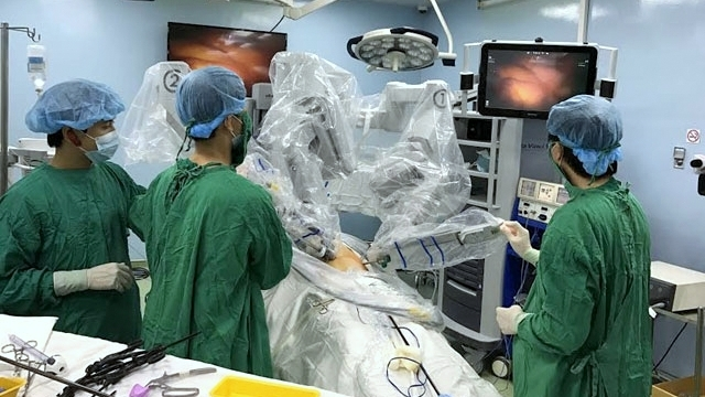 First stomach cancer surgery carried out with robot in Vietnam, First stomach cancer surgery carried out with robot in Vietnam