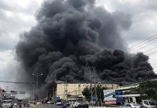 Massive blaze destroys Taiwanese garment factory in Can Tho; fire in Saigon street