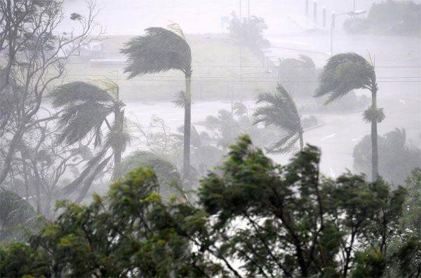 Thousands shelter as 'screaming, howling' Cyclone Debbie hits north Australia