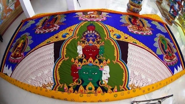 Buddhist leader presents Avalokiteshvara embroidery to Vietnam