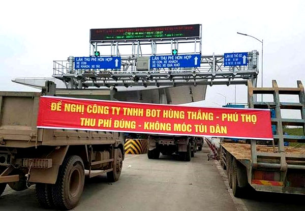 Toll collectors, facing protestors, Vietnam economy, Vietnamnet bridge, English news about Vietnam, Vietnam news, news about Vietnam, English news, Vietnamnet news, latest news on Vietnam, Vietnam