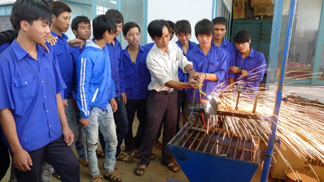 Bachelor's degree graduates rush to vocational schools
