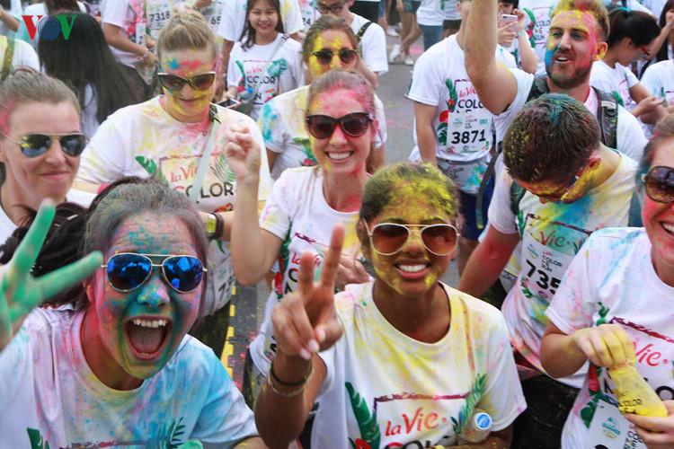 Hanoians have fun at Color Me Run 2017
