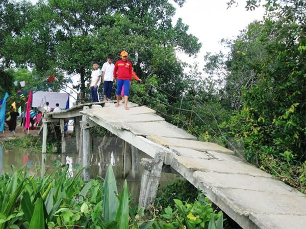 VN Central Highlands lack of bridges leading to danger