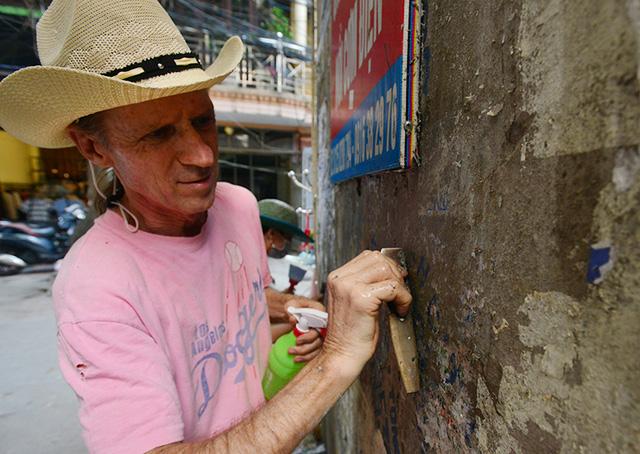 American veteran helps clean Hanoi walls, social news, vietnamnet bridge, english news, Vietnam news, news Vietnam, vietnamnet news, Vietnam net news, Vietnam latest news, vn news, Vietnam breaking news