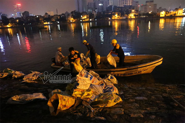 Hoang Cau Lake, dead fish, pollution, Vietnam economy, Vietnamnet bridge, English news about Vietnam, Vietnam news, news about Vietnam, English news, Vietnamnet news, latest news on Vietnam, Vietnam