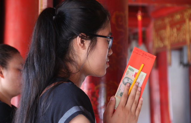Students seek luck before exam at Temple of Literature