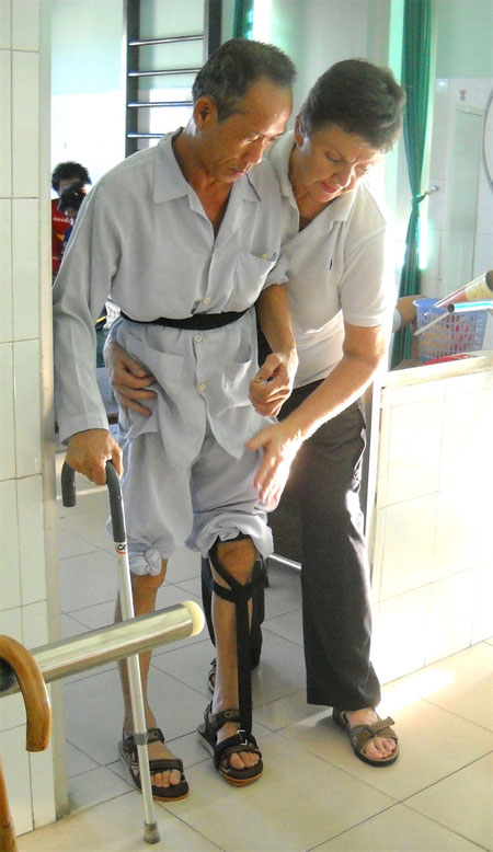 American physical therapist volunteers, save lives, help Vietnamese handicapped people, Vietnam economy, Vietnamnet bridge, English news about Vietnam, Vietnam news, news about Vietnam, English news, Vietnamnet news, latest news on Vietnam, Vietnam