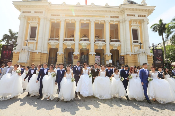 Seventy couples take collective wedding photos in Hanoi and HCM City
