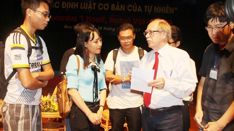 Nobel prize-winning physicist Gerardus't Hooft meets science enthusiasts in Vietnam