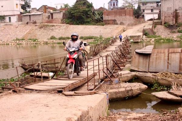 Many Hanoi rural bridges, roads in bad shape