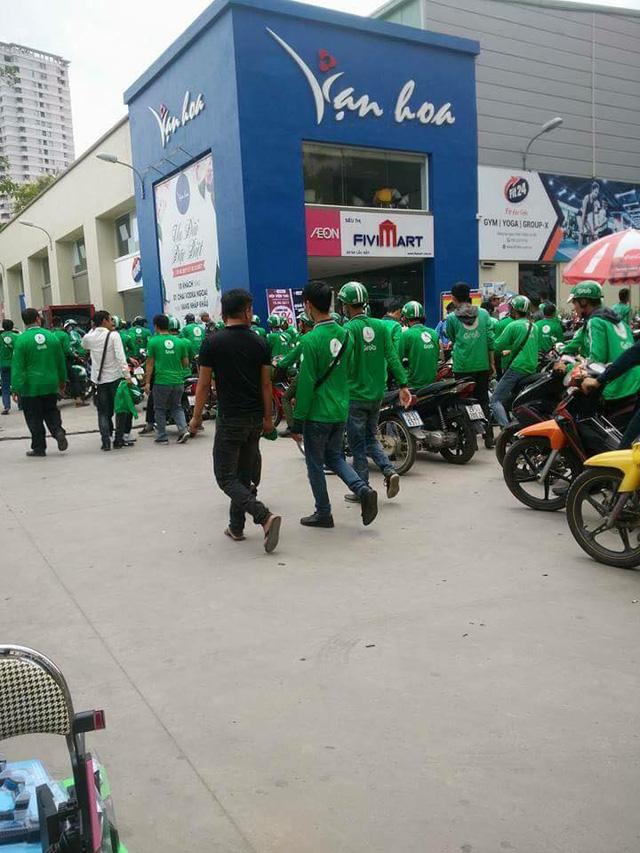GrabBike drivers take industrial action to oppose pay cut, social news, vietnamnet bridge, english news, Vietnam news, news Vietnam, vietnamnet news, Vietnam net news, Vietnam latest news, vn news, Vietnam breaking news