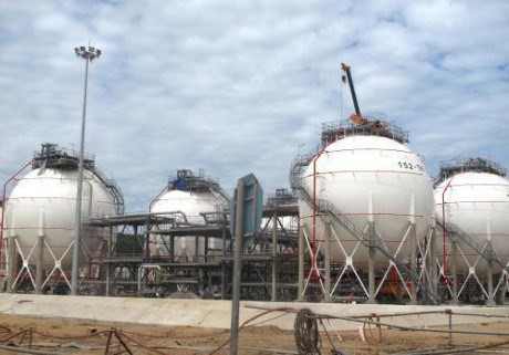 Nghi Son receives first crude oil shipment, Eco-resort project commences construction, US delays antidumping investigation on VN's tool chests, Hoa Binh construction company wins bids for big projects