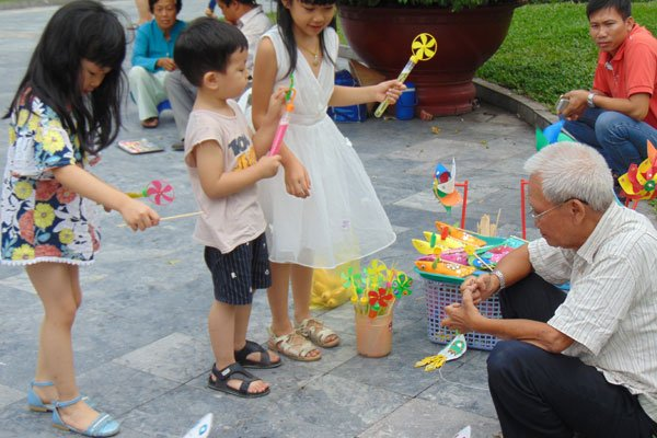 A man who makes folk toys for kids, entertainment events, entertainment news, entertainment activities, what's on, Vietnam culture, Vietnam tradition, vn news, Vietnam beauty, news Vietnam, Vietnam news, Vietnam net news, vietnamnet news, vietnamnet bridg