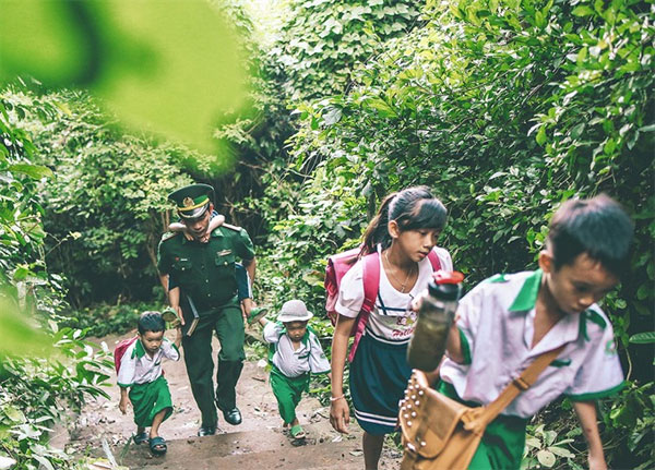 Border guard teaches island kids
