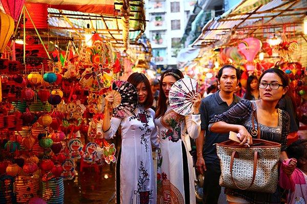 Early Mid-Autumn colors at District 5's lantern street, travel news, Vietnam guide, Vietnam airlines, Vietnam tour, tour Vietnam, Hanoi, ho chi minh city, Saigon, travelling to Vietnam, Vietnam travelling, Vietnam travel, vn news
