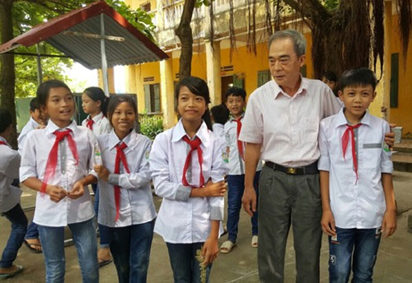Old educator, visit old teacher, Vietnam economy, Vietnamnet bridge, English news about Vietnam, Vietnam news, news about Vietnam, English news, Vietnamnet news, latest news on Vietnam, Vietnam