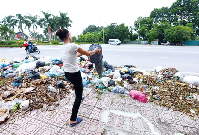 Hanoi authorities urged to deal with rubbish dumping problem