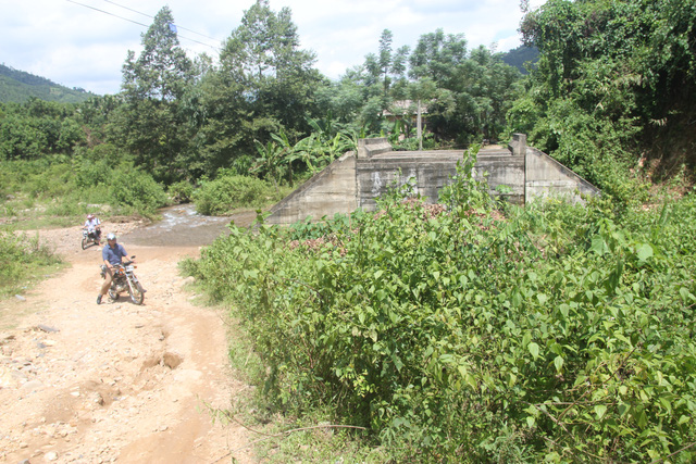 Villagers risk lives crossing stream after bridges swept away, social news, vietnamnet bridge, english news, Vietnam news, news Vietnam, vietnamnet news, Vietnam net news, Vietnam latest news, vn news, Vietnam breaking news