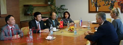 Ambassador helps bridge Vietnamese, Czech localities
