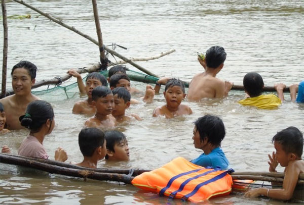 Mekong Delta, flood season, coach trains kids to swim, Vietnam economy, Vietnamnet bridge, English news about Vietnam, Vietnam news, news about Vietnam, English news, Vietnamnet news, latest news on Vietnam, Vietnam