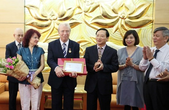 Bulgarian diplomat receives friendship insignia, Government news, Vietnam breaking news, politic news, vietnamnet bridge, english news, Vietnam news, news Vietnam, vietnamnet news, Vietnam net news, Vietnam latest news, vn news