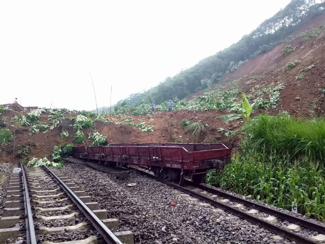 Landslide buries train in Yen Bai, social news, vietnamnet bridge, english news, Vietnam news, news Vietnam, vietnamnet news, Vietnam net news, Vietnam latest news, vn news, Vietnam breaking news