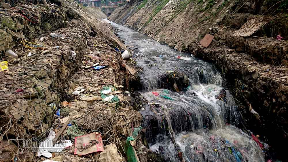 Rubbish surrounds Long Bien Bridge, Vietnam environment, climate change in Vietnam, Vietnam weather, Vietnam climate, pollution in Vietnam, environmental news, sci-tech news, vietnamnet bridge, english news, Vietnam news, news Vietnam, vietnamnet news, Vi