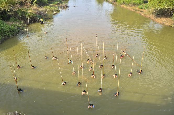 Fishing with long rackets on Hanoi's Tich River, social news, vietnamnet bridge, english news, Vietnam news, news Vietnam, vietnamnet news, Vietnam net news, Vietnam latest news, vn news, Vietnam breaking news